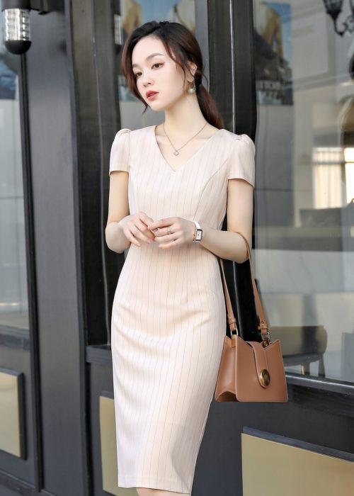 เสื้อทำงานผู้หญิงสีครีมคอปกแต่งด้วยกระดุมมุกแขนสั้น